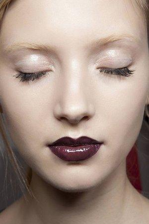 Αν έχεις πολύ ανοιχτό ή σκούρο δέρμα το παραπάνω look θα το λατρέψεις! Φτιάξε πρώτα τη βάση σου με ένα ενυδατικό foundation που θα ενισχύσει τη λάμψη του προσώπου σου. Πέρνα μία μπ